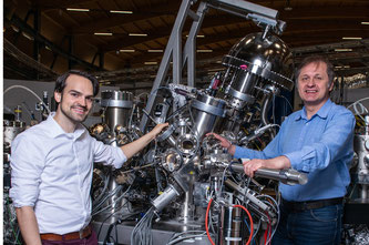Niels Schröter (links) und Vladimir Strocov an ihrer Experimentierstation in der Synchrotron Lichtquelle Schweiz SLS des PSI. (Foto: Paul Scherrer Institut/Mahir Dzambegovic)