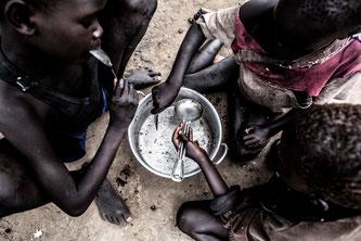 Kinder der Insel Bothoni im Südsudan essen ein Fischgericht. • © Andy Spyra / Welthungerhilfe