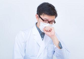 Auch beim Niesen sollte in der Öffentlichkeit die Maske auf Nase und Mund bleiben