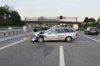 https://www.polizeiticker.ch/artikel/a1-bei-harkingen-ag-drei-personen-bei-auffahrkollision-verletzt-136246