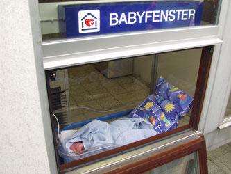 Verzweifelte Mutter hat Neugeborenes in Babyfenster gelegt.  Bildquelle: Schweizerische Hilfe für Mutter und Kind