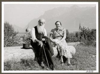 Kräuterpfarrer Johann Künzle mit seiner Nichte, Christine Künzle, die 28 Jahre als persönliche Sekretärin beschäftigt war.  Bildquelle: Ars Vitae AG, Itingen
