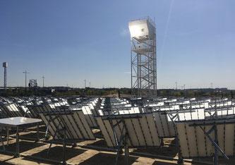 Der Solarturm vom Forschungszentrum IMDEA Energy in Móstoles, Madrid: Das Spiegelfeld konzentriert Sonnenlicht auf die Spitze des Solarturms, wo die erzeugte Solarwärme für die Herstellung von synthetischen Treibstoffen genutzt wird. Bild: Synhelion