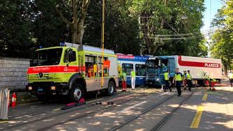 Nach der Kollision zwischen einem Tram und einem Lastwagen ist die Albisriederstrasse in Zürich blockiert.  SRF