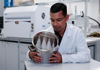Preisgünstig: Sabyasachi Gaan nutzt Dampf aus einem handelsüblichen Schnellkochtopf, um Proben von Baumwollstoff flammhemmend auszurüsten. Bild: Empa