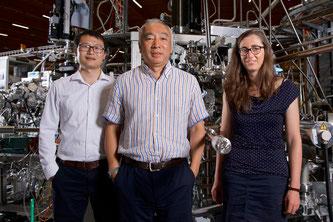 Die drei PSI-Forschenden Junzhang Ma, Ming Shi und Jasmin Jandke (von links) an der Synchrotron Lichtquelle Schweiz SLS, wo ihnen der Nachweis von Weyl-Fermionen in einem paramagnetischen Material gelang. (Foto: Paul Scherrer Institut/Markus Fischer)