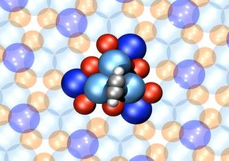 Ein Motor, der nur aus 16 Atomen besteht: Atomares Strukturmodel eine einzelnen 4-atomigen Acetylen-Rotors (grau-weisse Kugeln) auf der chiral (d.h. händischen) PdGa Oberfläche (blaue Kugel -> Palladium, rote Kugeln -> Gallium)
