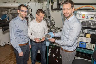 """Das Forschungsprojekt wird von Ruben-Simon Kühnel, Stephan Fahlbusch und Corsin Battaglia (rechts) koordiniert. Battaglia ist Leiter der Abteilung """"Materials for Energy Conversion"""" an der Empa"""
