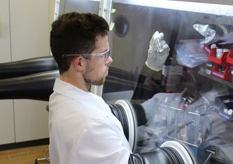 Maximilian Becker is researching water-soluble electrolytes for lithium-ion batteries at Empa's laboratories. Image: Empa