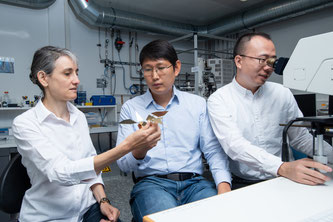 Laura Heyderman (links), Tian-Yun Huang (Mitte) und Jizhai Cui (Foto: Paul Scherrer Institut/Mahir Dzambegovic)