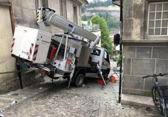Eine Arbeitsmaschine mit Gelenksteiger rutscht in Freiburg im Stalden von seinen Stützfüssen ©