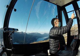 Aerodynamik in der Kabine: An den Fenstern misst ein Spezialist die Luftströme mit Hilfe von Luftdrucksensoren (Bild: Streamwise GmbH)