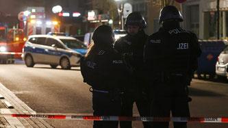 Polizisten mit Maschinenpistolen sicherten die Tatorte ab (Bildquelle: SRF)