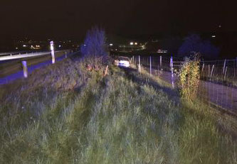 Ein Autofahrer ergreift nach einem Unfall auf der A12 bei Rossens die Flucht ©