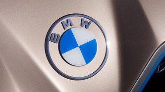 Das neue Logo soll auch eine neue neue Ära der Marke BMW einläuten.  (Foto: BMW)
