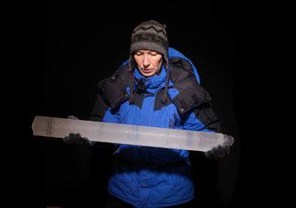 Expeditionsleiterin Margit Schwikowski mit einem Eisbohrkern (Foto: Scanderberg Sauer Photography)