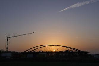 Die Stuttgarter Netzwerk-Bogenbrücke mit CFK-Hängern ist bereit zum Einschieben (Foto: L. Haspel, sbp Stuttgart)