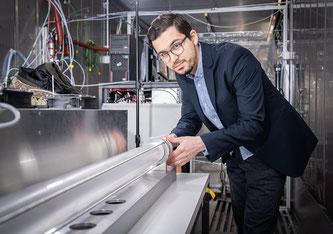 Houssni Lamkaddam, Forscher im Labor für Atmosphärenchemie des PSI, an der Versuchsapparatur (Foto: Paul Scherrer Institut/Mahir Dzambegovic)