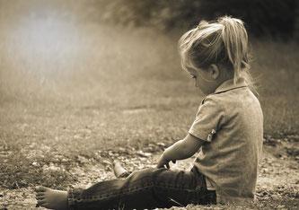 Kinder leiden, wenn Eltern sie weggeben