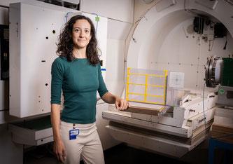 Serena Psoroulas mit der Versuchsanordnung in der Gantry 1, mit deren Hilfe sie das neue FLASH-Verfahren testet. Wenn sie Erfolg hat, trägt sie zur Weiterentwicklung der Protonentherapie bei. (Foto: Paul Scherrer Institut/Mahir Dzambegovic)