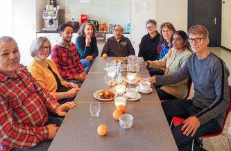 Fotolegende  Marlise Stampfli (zweite von links), Erika Weber (vierte von links), Astrid Epp (vierte von rechts) und Rita Hegglin (dritte von rechts) freuen sich über Gäste im Kontakt-Café des Pfarreizentrums St. Michael in Zug. Foto: Sabine Windlin