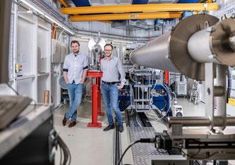 Johannes Ihli und Co-Autor Klaus Wakonig an der cSAXS-Strahllinie der Synchrotron Lichtquelle Schweiz SLS (Foto: Paul Scherrer Institut/Markus Fischer)
