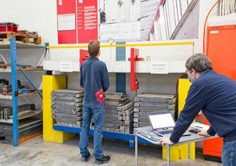 Die Empa-Ingenieure Christoph Czaderski (rechts) und Robert Widmann vermessen den Betonträger 50 Jahre nach Beginn des Versuchs. Bild: Empa