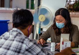 Rangun, Myanmar, am 23.04.2021: Eine Mitarbeiterin von Ärzte ohne Grenzen bereitet einen Nachschub an Medikamenten für einen Patienten vor. (c) MSF/Ben Small