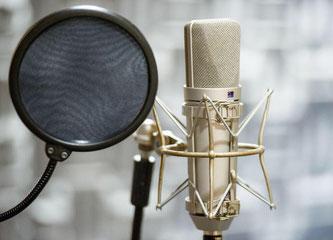 Symbolbild Hörspiel mit Mikrophon - Copyright: SRF/Oscar Alessio