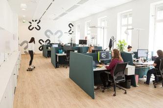 Eine Büroumgebung, die dynamisches Sitzen sowie regelmässige Haltungswechsel zwischen Sitzen, Stehen und Gehen unterstützt, leistet einen wichtigen Beitrag zur Rückengesundheit der Mitarbeiter. • IBA Wiesbaden