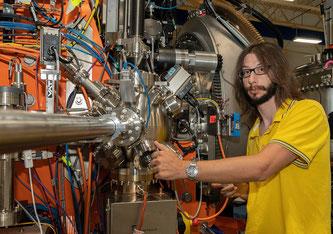 BNL-Wissenschaftler Jonathan Pelliciari hat im Rahmen seiner Doktorarbeit am PSI ein Barium-Eisen-Arsenid im Detail untersucht. (Foto: BNL/Jonathan Pelliciari)