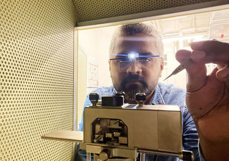 Empa-Forscher Peter Nirmalraj untersucht Blutproben mittels Rasterkraftmikroskopie (AFM). Bild: Empa