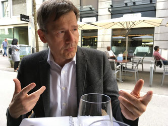 Christof Gasser im Gespräch, fotografiert von Urs Heinz Aerni