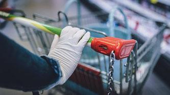 atexhandschuhe: Träger versprechen sich vom Tragen der Handschuhe einen Schutz vor Keimen. (Quelle: Eibner Europa/imago images)
