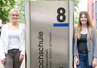 Verena Klausmeyer (l.) und Julia Berneisen haben eine Unterrichtskonzeption zum Thema Pränataldiagnostik entwickelt. (Foto: FH Münster/Anne Holtkötter)