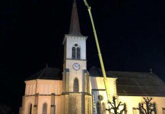 Der Blitz schlägt in die Kirche von St-Martin ein ©