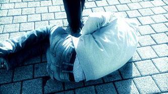 Wer am Boden liegt, läuft Gefahr noch getreten zu werden