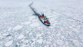 Polarstern im arktischen Meereis  Quelle: Alfred-Wegener-Institut / [Foto: AWI / Stefan Hendricks] (CC-BY 4.0)