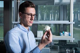 Paolo Testa, Erstautor der Studie, mit einem Modell der prinzipiellen Struktur des formerinnernden Materials (Foto: Paul Scherrer Institut/Mahir Dzambegovic)