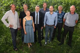 Die Gewinner des Berner Wein des Jahres 2019 (v.l.): Adrian Klötzli, Remo Giauque, Anne-Claire Schott, Regierungspräsident Christoph Ammann, Gabriel Andrey, Silvan Andrey, Fredi Marolf, Simon Krebs. (Foto: Marco Zanoni)