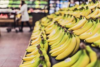 Damit Bananen auf der Ladentheke in strahlendem Gelb zum Kauf verlocken können, werden sie oft noch unreif gepflückt und verfrachtet.