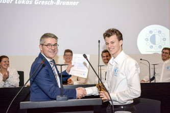 Jonas Ineichen, Co-Präsident des Verein JUKALU, übergibt Staatsschreiber Lukas Gresch-Brunner die Forderung des Jugendparlaments.