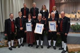 Die Geehrten in neuer Tracht (v.l.): Erwin Kempter (Dirigent), Karl Hampp, Michael Binder, Manuela Wild, Tobias Eberlein, Robert Jörg, Svenja Moll, Erwin Gerster, Simone Voltenauer (2. Vorsitzende), Michael Ziesel (1. Vorsitzender).