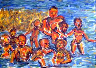 Frau mit im Wasser spielenden Kindern