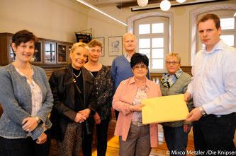 1601 Unterschriften übergaben Frau Überall, Frau Günther, Herr Theobald, Frau Rosenthal und Frau Eckey an Bürgermeister Goller vor der Stadtratssitzung am Mittwochabend, den 05.04.2017.