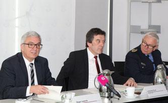 (v.li.n.re.): Roger Lewentz (Innenminister RLP), Johannes Kunz (Präsident des LKA RLP), Jürgen Schmitt (Inspekteur der Polizei RLP)
