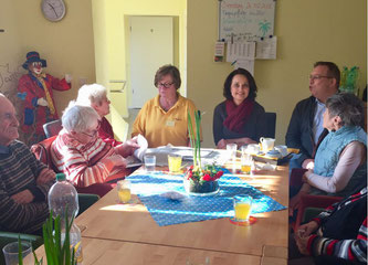 Kathrin Anklam-Trapp ließ sich im Kreise der Gäste der Tagespflegeeinrichtung von Betreuerin Petra Sperb und Pflegedienstleister Peter Kuttler informieren.