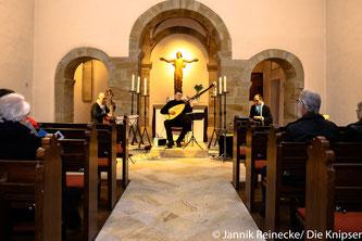 Es spielten: Johannes Vogt an der Laute, Rüdiger Kurz an der Violine und Daniel Kartmann als Sänger und Perkussionist