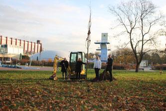 Ein Symbol für Nachhaltigkeit: 24 junge Bäume wurden Heinrich-Völker-Bad und dem Paternusbad Pfeddersheim gepflanzt. Die Teilnehmer bei der Baumpflanzung, ausgestattet mit Schaufel, (v.l.n.r.) Dieter Haag, Geschäftsführer der Freizeitbetriebe Worms GmbH,