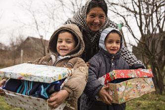 Großmama Maria ist kümmert sich um 13 Kinder und Enkelkinder. Die beiden Zwillingsbrüder sind hin und weg von ihren Schuhkartons. Foto: Maurice Ressel /GdH